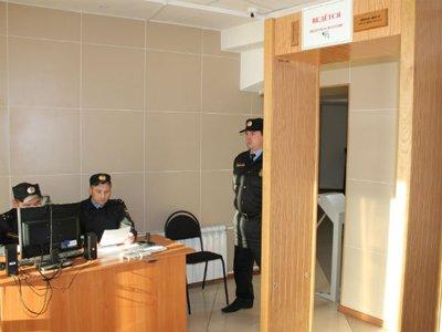 Посетителей судов начали проверять на наличие долгов