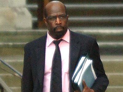 Бывшего британского судью самого будут судить за оскорбительные СМС-ки после развода