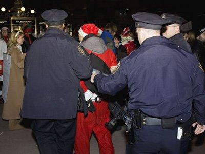 В канун Рождества Санта Клауса будут судить за сексуальные домогательства к эльфийке