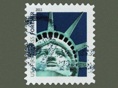 """Скульптор копии Статуи Свободы в Лас-Вегасе подал в суд на почтовую службу за марки с фотографиями его """"творения"""""""