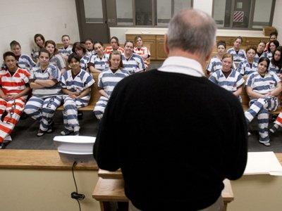 Судья из США в честь Рождества прочитал заключенным женской тюрьмы свои стихи