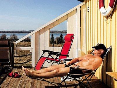 Осужденный за убийство принимает солнечную ванну. Bastoy Рrison Island, Норвегия