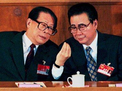 Бывший председатель КНР Цзян Цзэминя (слева) и премьер-министр Ли Пэн