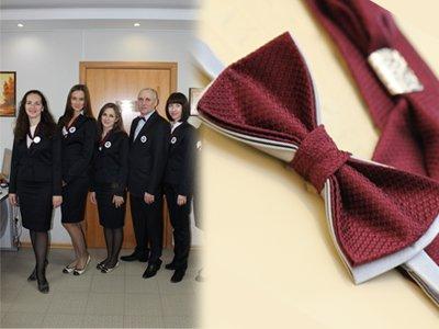 В прошлом году (слева) форма была достаточно простой, в этом году ее основными цветами станут серый и яркий бордо для аксессуаров (справа уже готовый галстук-бабочка для мужчин-нотариусов)