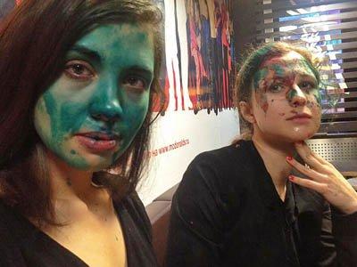 """Полиция проводит проверку по заявлению участниц Pussy Riot, облитых в """"Макдоналдсе"""" зеленкой"""
