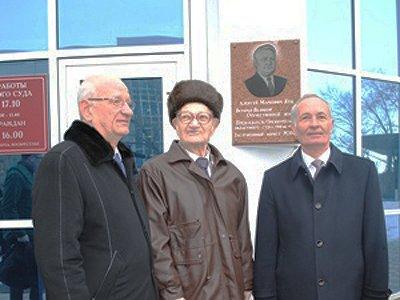 Открывали мемориальную доску губернатор Юрий Берг (слева), юбиляр Алексей Куц и председатель Оренбургского областного суда Виктор Емельянов (справа)