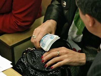 Сломавшая руку в автобусе пассажирка взыскала 150 000 руб. за моральный вред