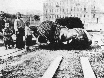 """96 лет назад СНК постановил разрушить памятники """"царям и их слугам"""", в число которых попал и крестьянин"""