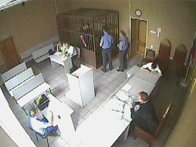 Подсудимый, метнувший из клетки в судью обломком скамьи подсудимых, получил 9,5 года