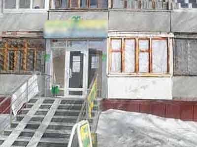 По иску соседки суд обязал владельца квартиры, переделанной в магазин, снести пристроенную лестницу