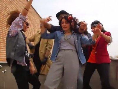 Иранских девушек, арестованных за танцы в немусульманской одежде, отпустили под залог