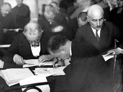 Защитники на «Шахтинском процессе» знакомятся с документами обвинения. Май 1928 г.