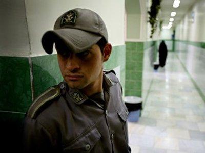 Иранский полицейский получил три года и 74 удара плетью за убийство арестованного блогера