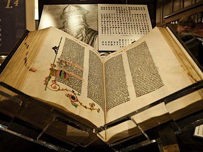ВС утвердил приговор офицерам ФСБ, продававшим за 40 млн руб. украденную Библию Гутенберга