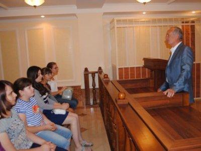 Председатель Оренбургского облсуда Виктор Емельянов рассказывает детям о работе их родителей