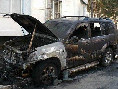 Полиция ищет поджигателей, оставивших помощника судьи без Toyota Land Cruiser во время ее отпуска