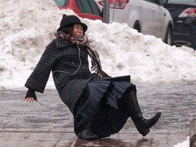Покупательница, сломавшая ногу на крыльце рынка, отсудила 100000 руб.