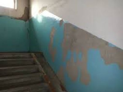 Коммунальщики выплатят 155000 руб. женщине, упавшей в дыру в подъезде, оставшуюся после ремонта