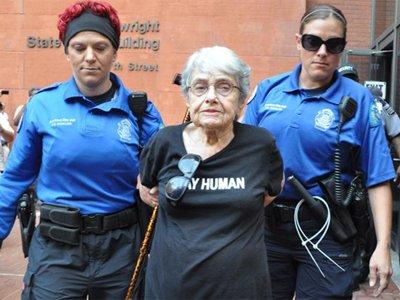 В Фергюсоне задержали 90-летнюю активистку, пережившую холокост