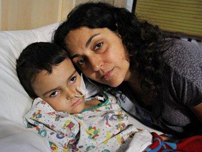 Испанский суд решает, нужно ли выдать Британии родителей, похитивших из больницы страдающего от рака сына