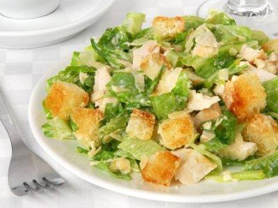 """Судят ревизоров столичного ресторана, пытавшихся заработать на недовесе салата """"Цезарь"""""""