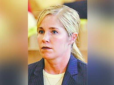 Судью из США, которая, выпив, не смогла сесть в рабочее кресло, отстранили на месяц