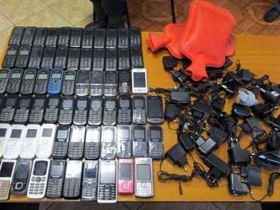 Сотрудники колонии нашли внутри бревен 68 мобильников и 30 зарядных устройств