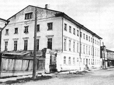 """92 года назад рабочие и служащие платили квартирный налог """"не свыше 10 руб. с квадратной сажени в год"""""""