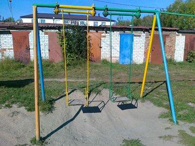 Суд взыскал с коммунальщиков 100000 руб. в пользу ребенка, который неудачно упал с качелей