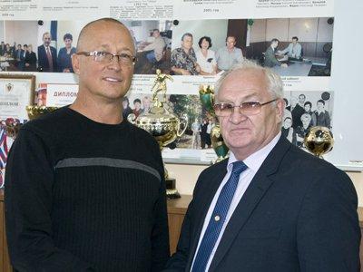 По словам Александра Казачёнка (слева), кандидатура его предшественника является