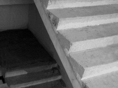 Клиентка БТИ, сломавшая ногу на лестнице без перил, отсудила у собственников дома 300000 руб.