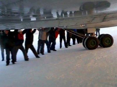 Прокуратура возбудила дело на сотрудника аэропорта, заставившего пассажиров толкать на старт Ту-134