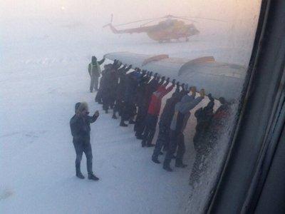 Прокуратура проверяет пассажиров, выталкивавших на старт Ту-134, с чем не справился тягач