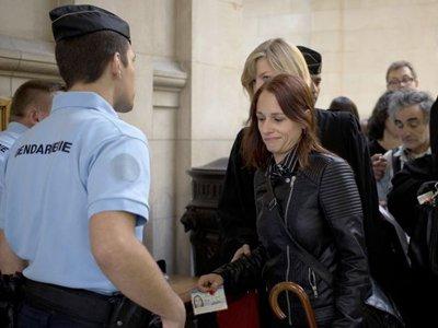 Во Франции экс-активистку FEMEN приговорили к тюрьме за выходку в церкви Парижа