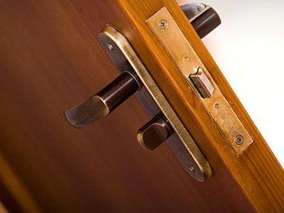 Компания, установившая клиенту двери не того производителя, выплатит ему 125000 руб.
