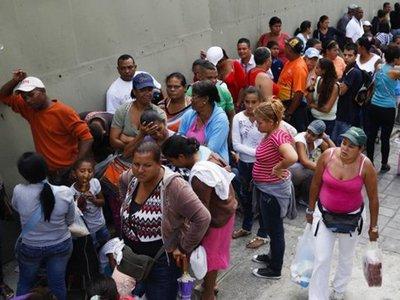 В Венесуэле владельцы торговой сети арестованы из-за слишком длинных очередей