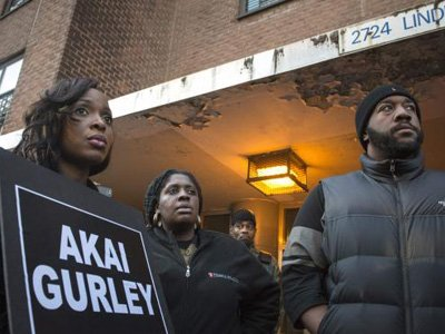 Нью-йоркский полицейский, застреливший афроамериканца в темноте, предстанет перед судом