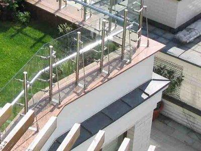 Суд с подачи коммунальщиков обязал семью убрать с крыши дома уложенный ею газон и лестницу к нему