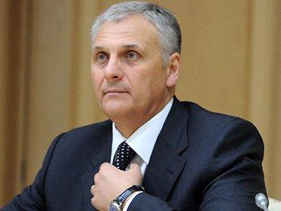 СКР пересчитывает деньги и ценности, найденные в столичной квартире и резиденции губернатора Сахалина