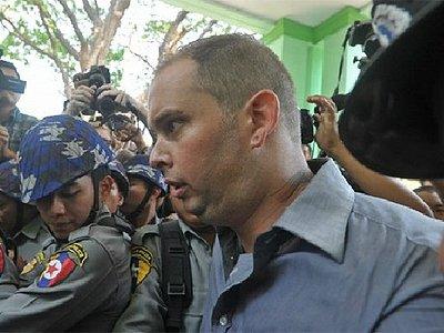 В Мьянме новозеландца приговорили к тюрьме за Будду в наушниках