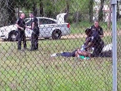 В США еще одному белому полицейскому предъявили обвинения в убийстве афроамериканца