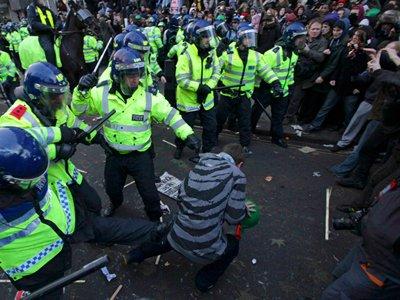 Британский полицейский, выбивший студенту зуб, приговорен к восьми месяцам тюрьмы