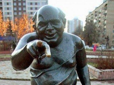 Памятник Евгению Леонову в образе Доцента из к/ф