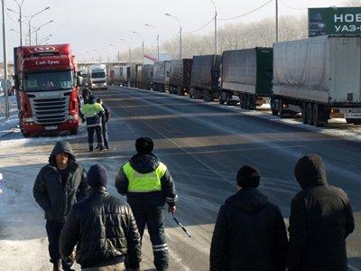 Власти освобождают дальнобойщиков от штрафов, а владельцам фур делают 90-процентную скидку