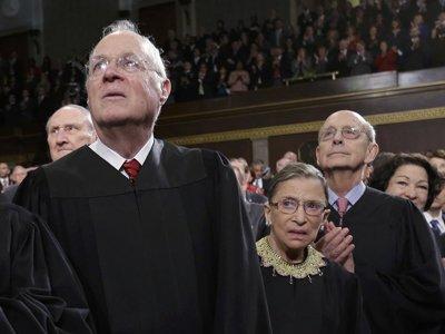 Судьи Энтони Кеннеди (слева), Рут Гинзбург и Стивен Брайер (справа)