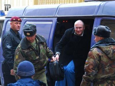 Экс-глава НК ЮКОС Михаил Ходорковский у Хамовнического районного суда Москвы