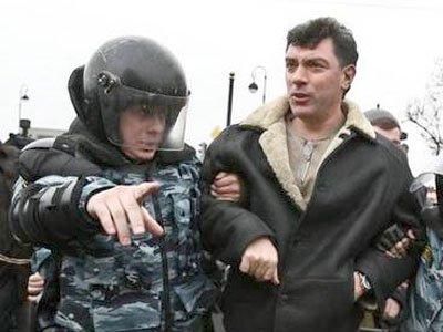 Следователи не нашли криминала в оплеухе, отвешенной Борисом Немцовым за брошенное в него яйцо