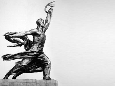"""СКР завел дело на реставратора скульптуры """"Рабочий и колхозница"""""""