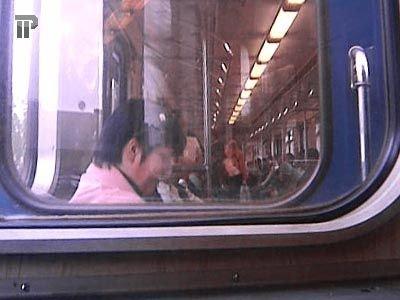 Судят молодых людей, за две недели вырвавших у пассажиров столичного метро 7 мобильников