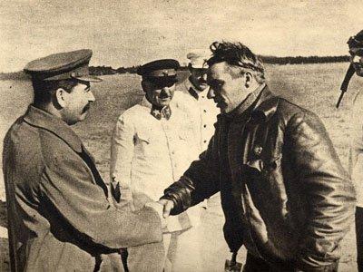 Чкалов (справа) и Сталин